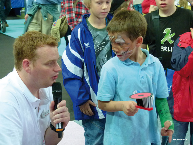 Moderator Henning Harfst im Interview mit Kindern in Bremen
