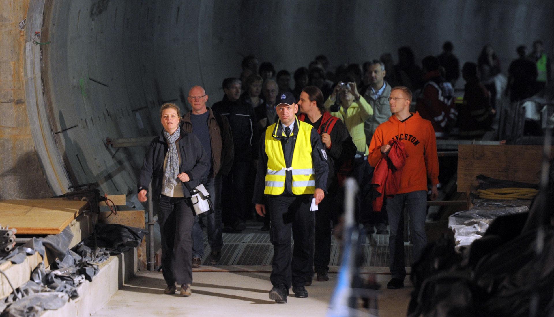 Besucher laufen durch den U-Bahntunnel der U4 in Hamburg