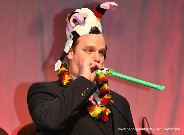 Moderator Henning harfst verkleidet bei Abendveranstaltung