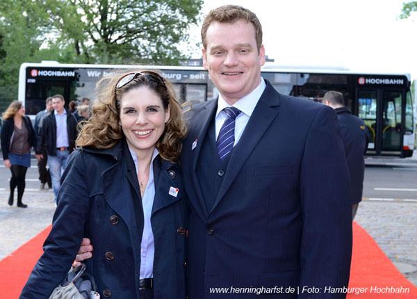 Moderatoren Duo Henning Harfst und Stefanie Dreyer auf dem Weg zum Hochbahn Jubiläum in Hamburg
