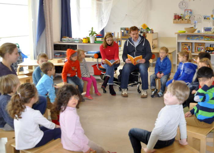 Moderator München Henning Harfst liest Kindern vor