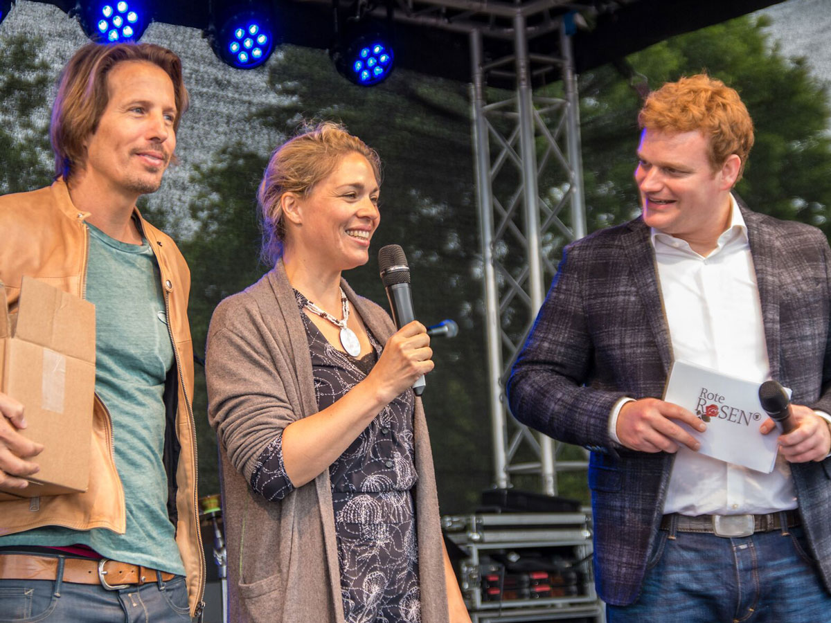 Show Moderator Muenchen im Interview auf der Buehne, Henning Harfst