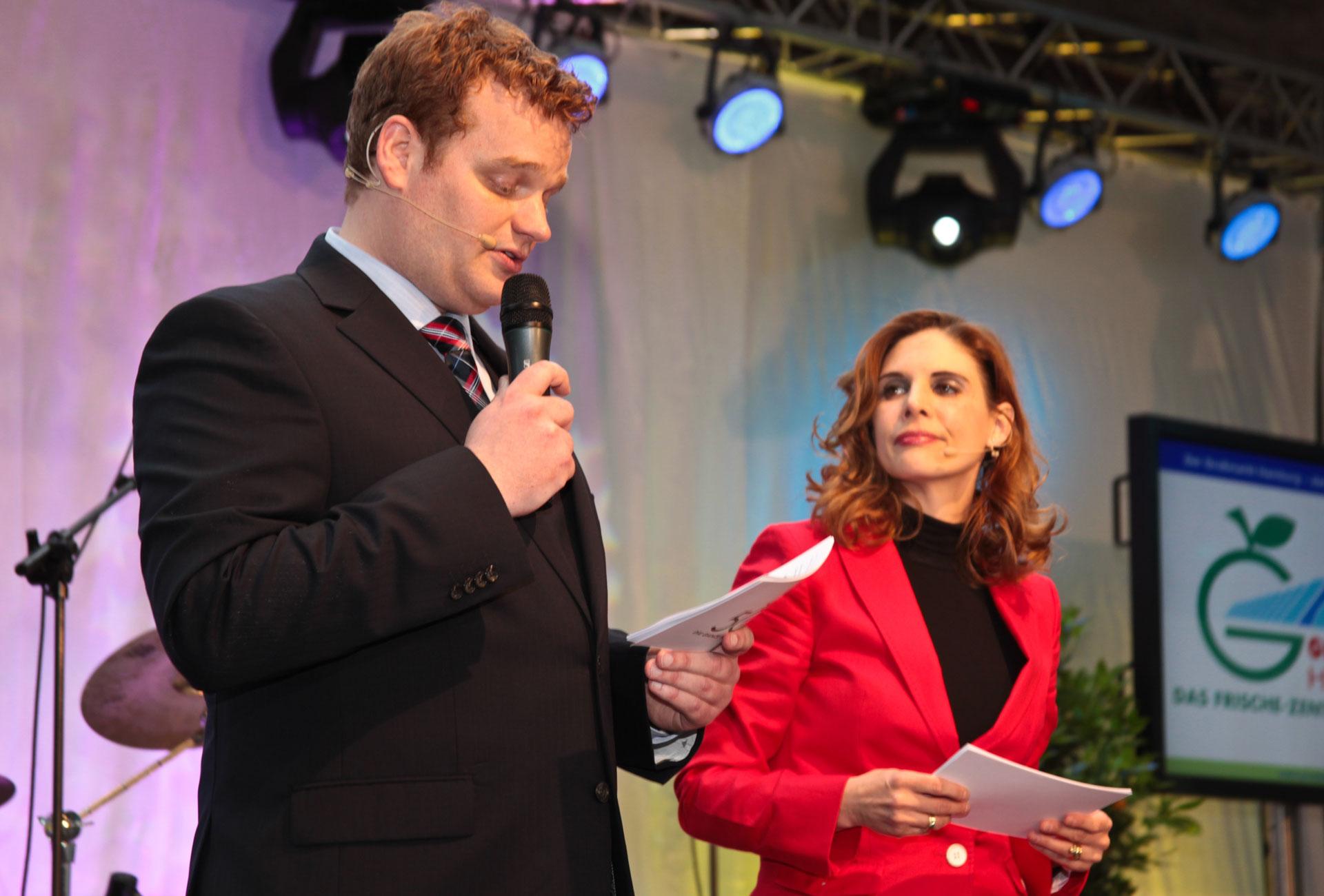 Moderatoren Duo Hennign Harfst Stefanie Dreyer moderieren Abend Gala