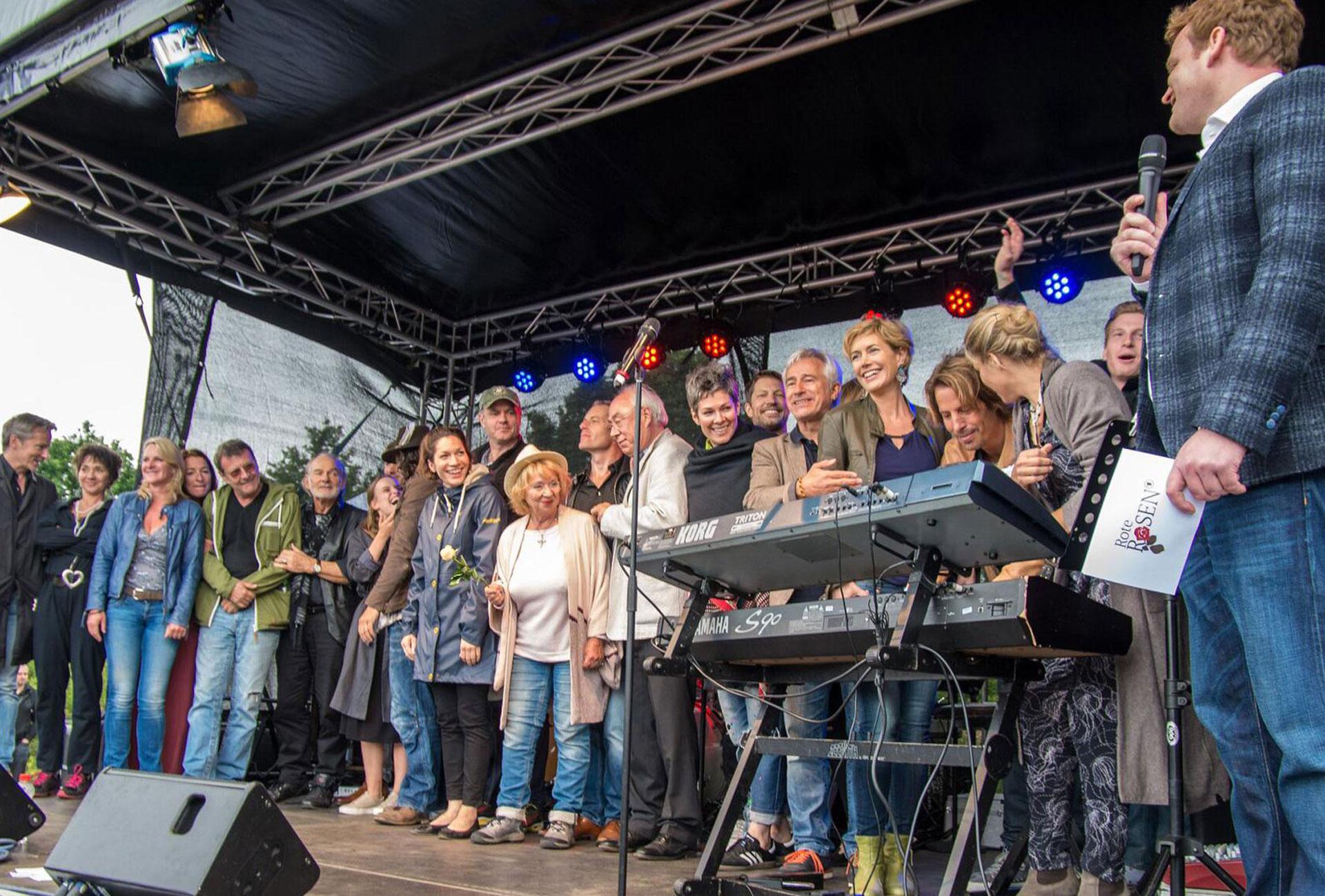 Moderator Henning Harfst moderiert Fan Fest in Lueneburg für die ARD